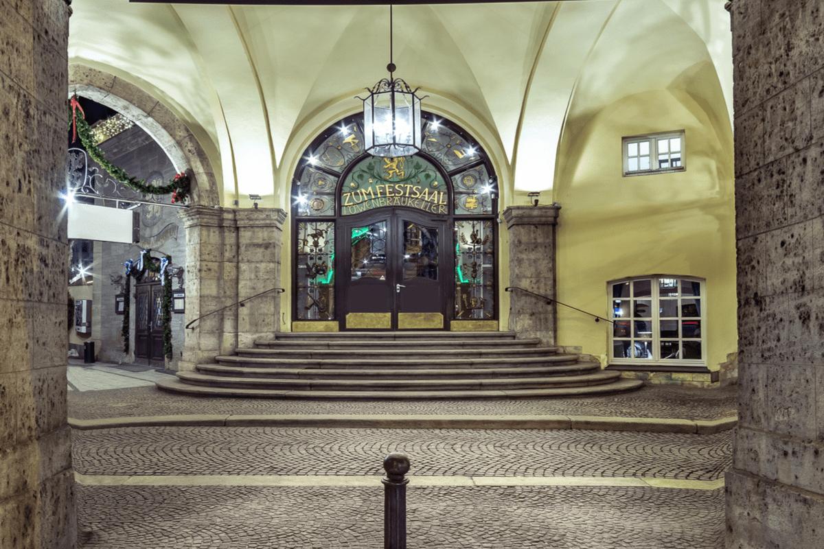 Der Haupteingang zum Festsaal im Löwenbräukeller München