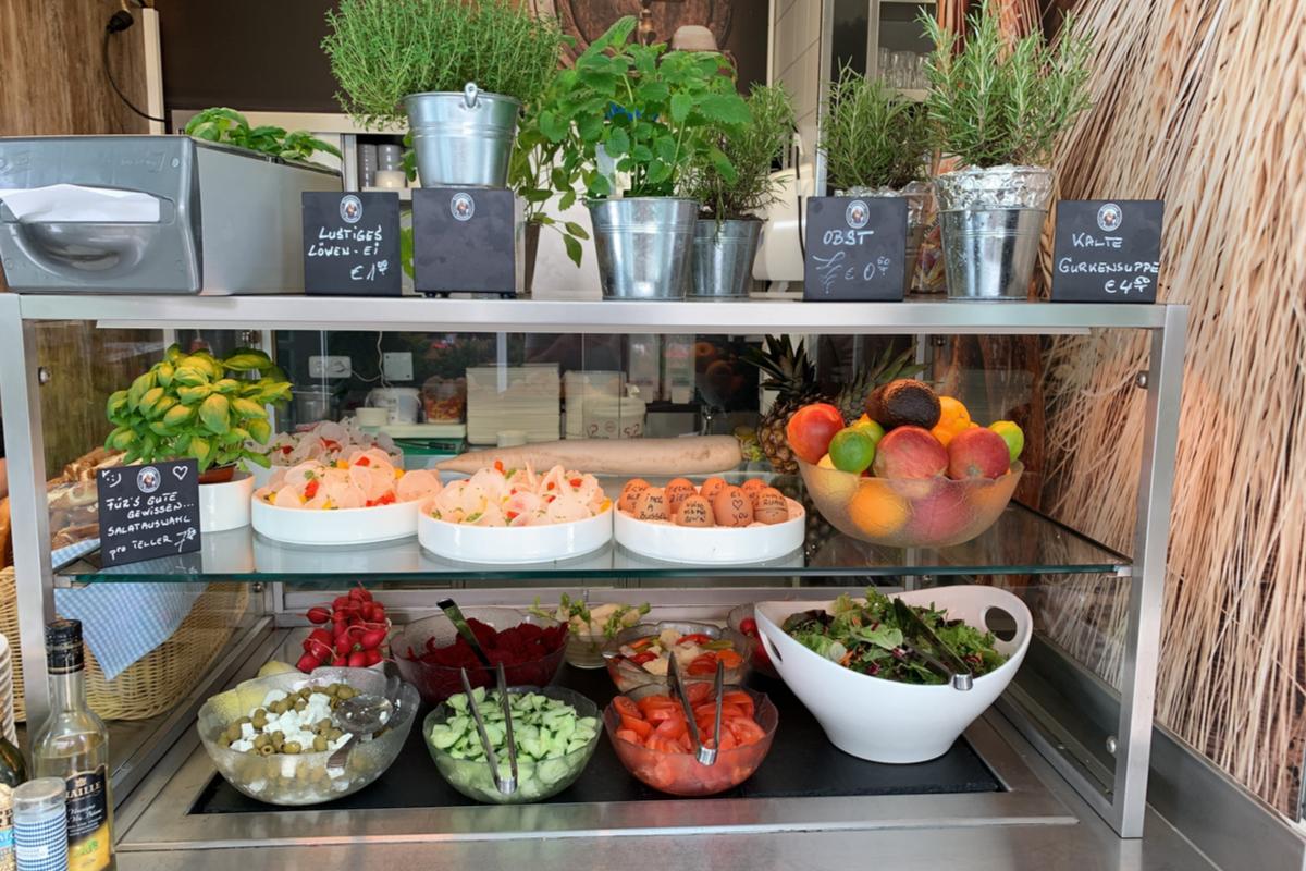 Salatbar im Löwenbräukeller Biergarten
