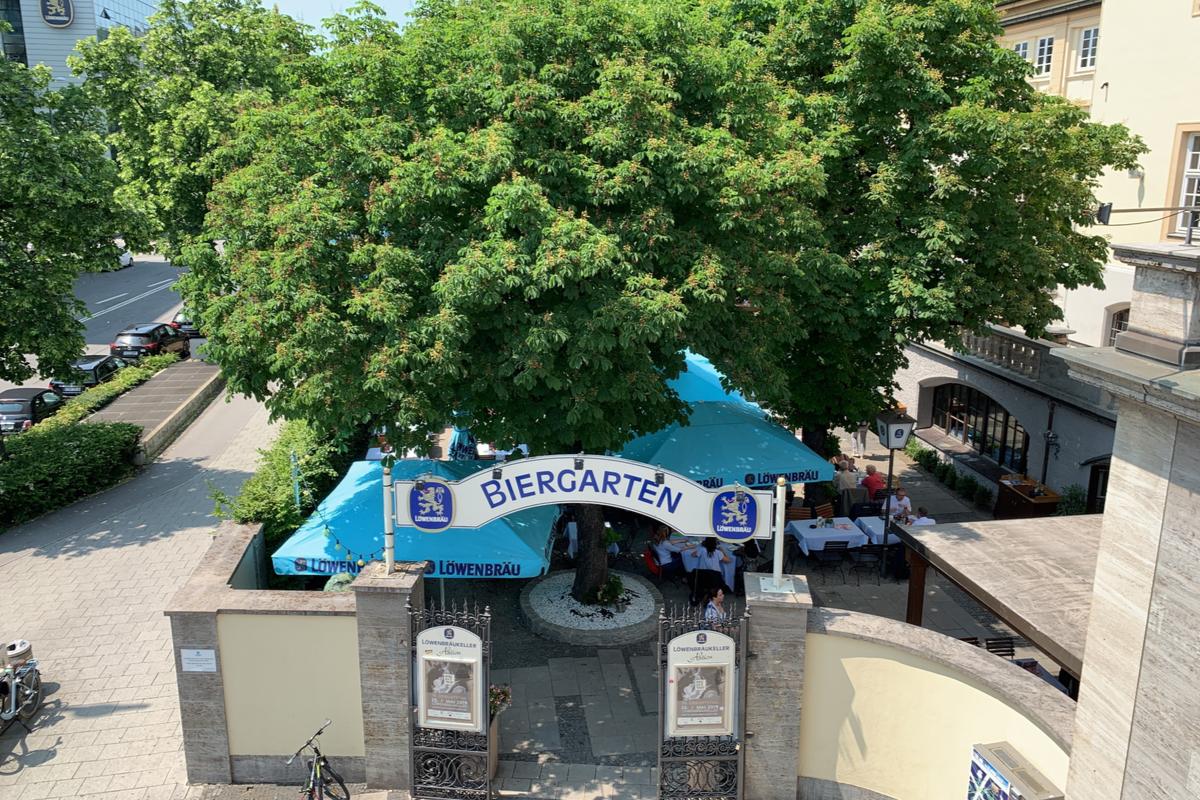 Eingang zum Biergarten im Löwenbräukeller